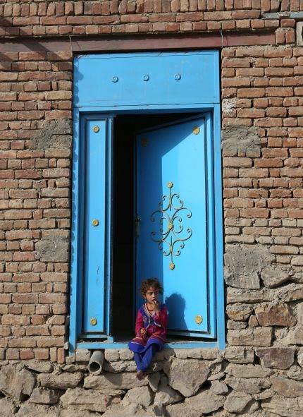 Afganistanska devojčica na ulaznim vratima svog doma u Kabulu.