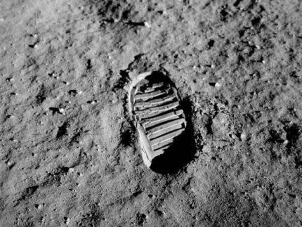 Otisak Oldrinove čizme na površini Meseca. Fotografiju je snimio Baz Oldrin oko sat vremena nakon sletanja, 20. jula 1969. godine. Kasnije je ova fotografija postala simbol osvajanja svemira