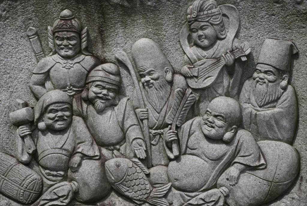 S izuzetkom Ebisua (treći levo), japanskih sedam bogova sreće potiču iz hinduističke mitologije. U Kini su stekli nova obeležja i imena, ali su kod Japanaca popularni, naročito tokom obeležavanja Nove godine