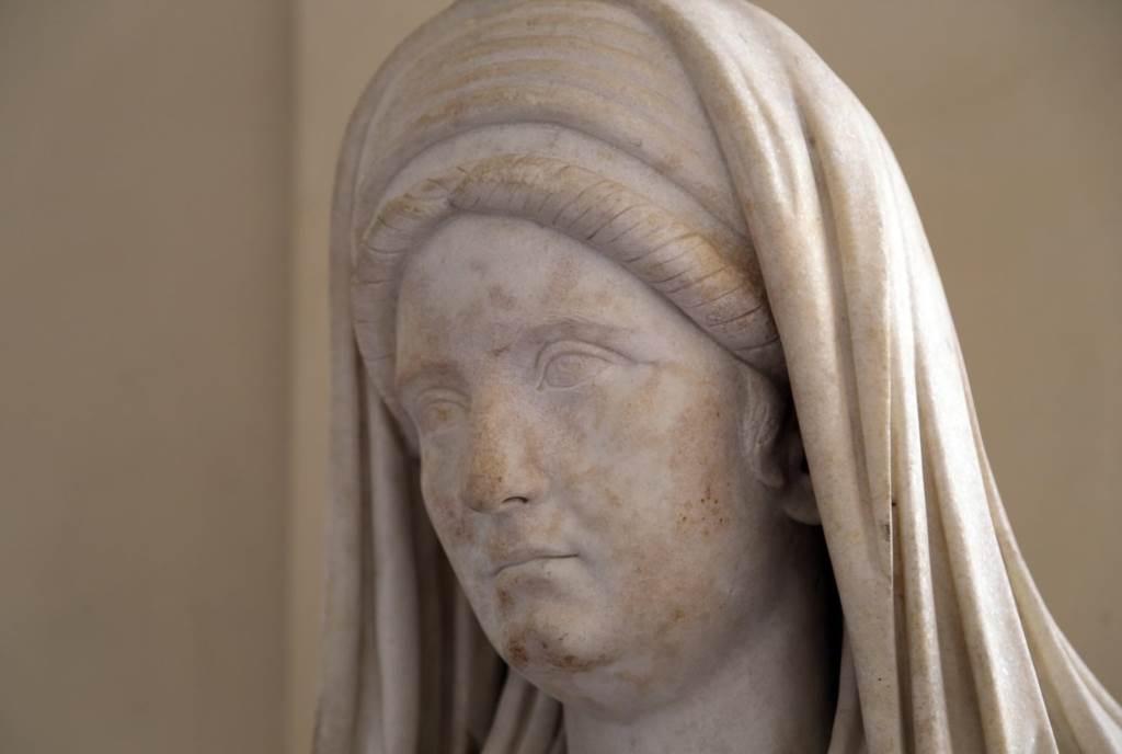 Vestalis maxima, statua sa Rimskog foruma