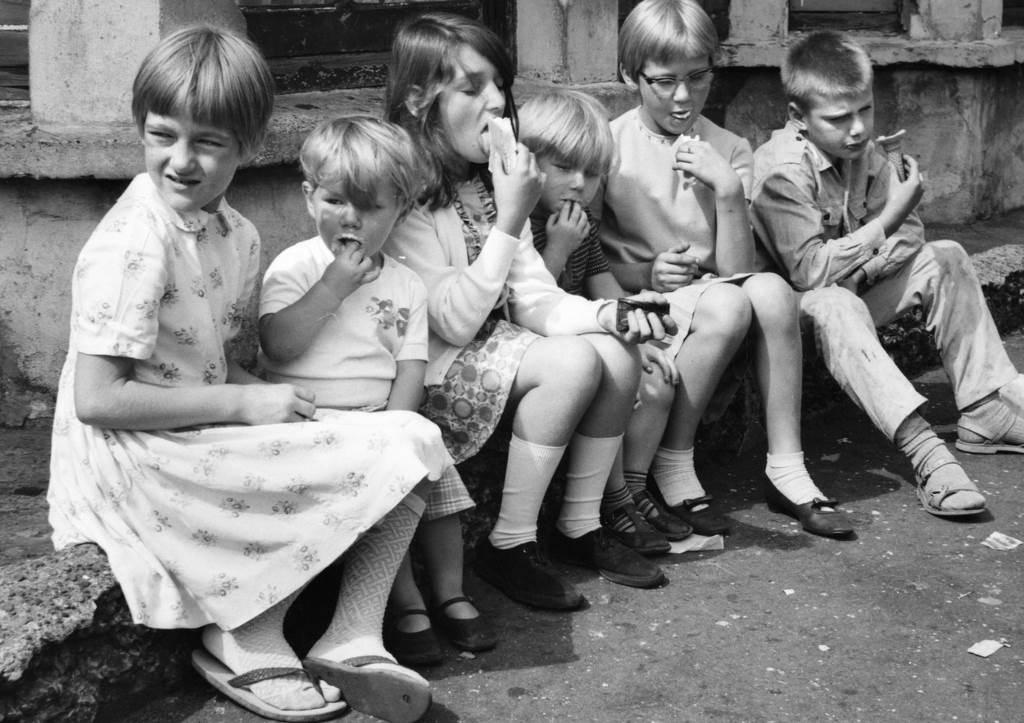 Grupa dece jede sladoled na londonskoj ulici, 1967. godine