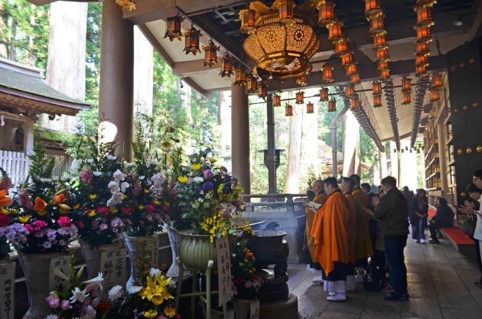 Groblje Okunoin, pojanje mantri u hramu Kobo Daišija