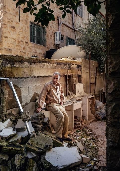Arafat Hamad sedi među ruševinama svoje letnje kuhinje, za koju kaže da se urušila kad su izraelski arheolozi kopali tunele ispod njegovog doma. Hamad i njegove palestinske komšije žale se na veliku štetu, ali graditelji tunela tvrde da je njihov inženjerski rad pouzdan i bezbedan.