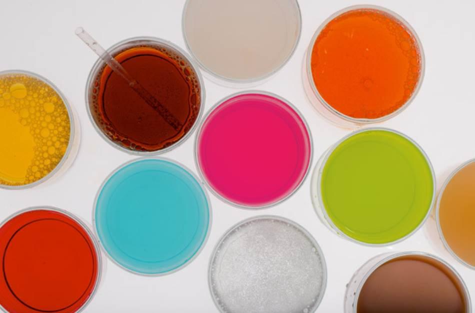 SODA: Sve je lakše s mehurićima – ili su bar tako mislili banjski posetioci koji su često pili mineralnu vodu u okviru banjskog tretmana. U XVIII veku otkriveno je da ugljen-dioksid uzrokuje penušanje mineralne vode, što je dovelo do patentiranja sistema za proizvodnju soda-vode, a potom i do slatkih osvežavajućih pića poput koka-kole. Današnji 355-mililitarski gazirani sok obično sadrži oko 42 grama šećera.