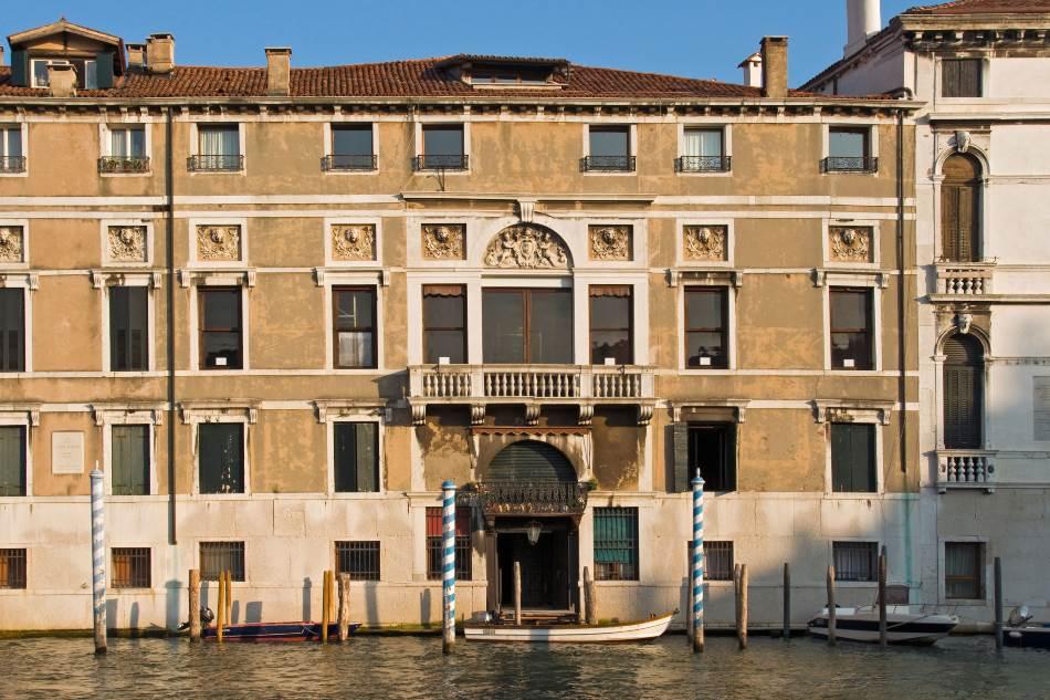 Porodičnu palatu u gotskom stilu Veneciji je poklonio kasniji potomak Alvize Nikolo Močenigo