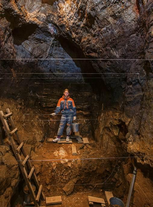 PEĆINA: Sva tri fosila pronađena su u Denisovoj pećini u južnom Sibiru, u kojoj vidimo rusku studentkinju Zoju Gudkovu kako se odmara od kopanja. Pre više desetina hiljada godina ovde su živeli i neandertalci i moderni ljudi.