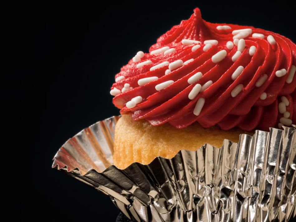 MAFINI: Nacionalni dan mafina obeležava se svakog 15. decembra, osim u njujorškim školama koje su se 2009. godine u sklopu nove zdravstvene politike okomile na pekarske i poslastičarske proizvode. Ovaj mali kolač se 1826. godine prvi put pojavio u američkom kuvaru, kaže istoričar hrane Endrju Smit. Obnavljanju popularnosti mafina doprinela je 2000. godine Keri Bredšo, lik iz serije Seks i grad, koja je u jednoj epizodi zagrizla mafin preliven ružičastim kremom. U novom televizijskom rijaliti programu Ratovi mafina takmičarski recepti sadrže sastojke poput slatkog ledenog čaja i gaziranog soka sa ukusom čokolade.