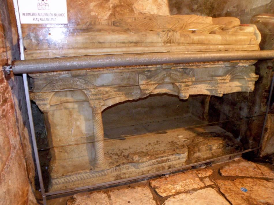 Mermerni sarkofag za koji se tvrdi da je u njemu bio sahranjen pravi Sveti Nikola