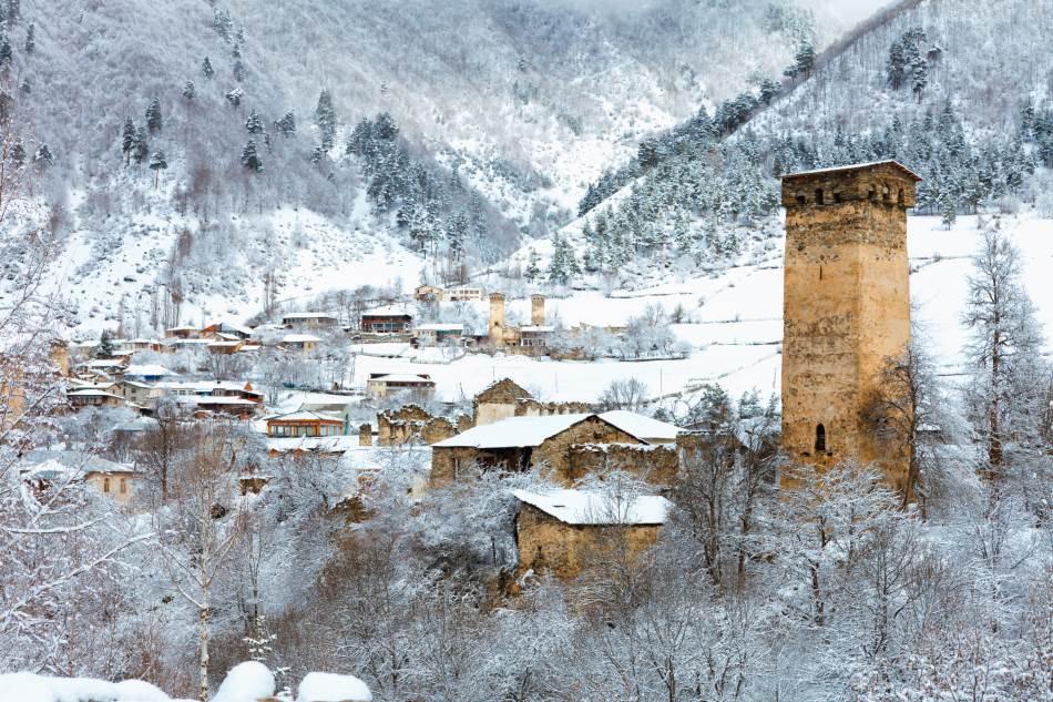 Tokom leta je, do najvišeg sela u Evropi, moguće doći automobilom, ali zimi to najčešće nije moguće. Sneg prekriva čitavu oblast šest meseci godišnje.