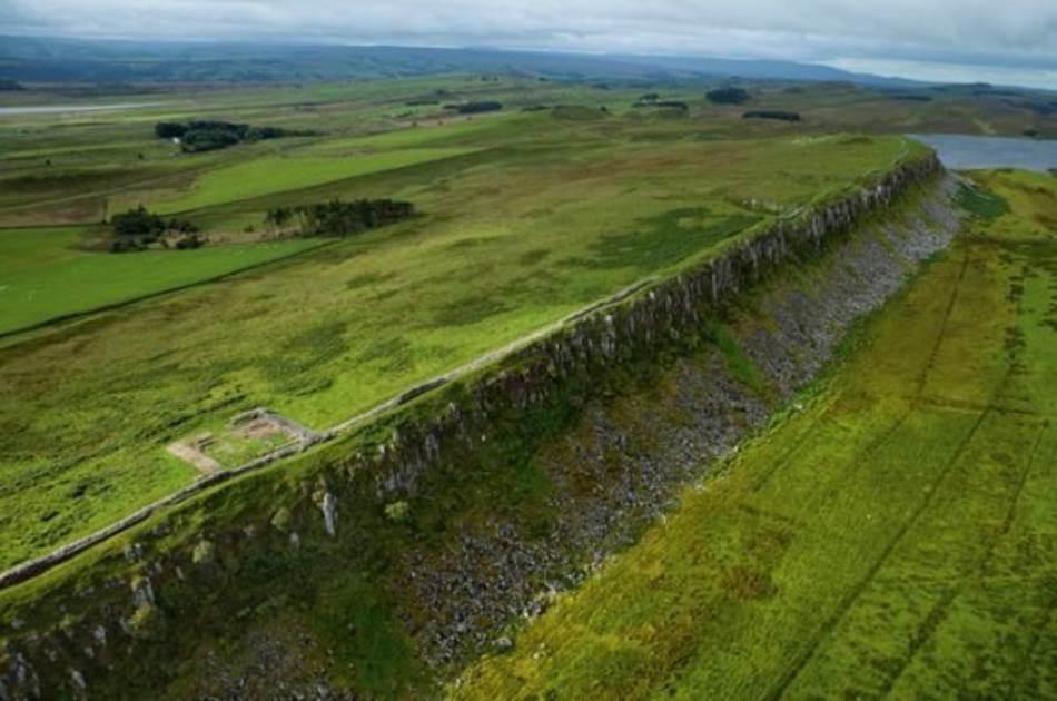 Hadrijanov zid, Engleska. Varvari mora da su stalno zurili u ovu deonicu, koja se proteže duž litice nedaleko od gradića Uans Brud. U svoje vreme zid je bio visok 4,5 metra i pružao se od obale do obale, u dužini od 118 kilometara. Neki delovi su bili pojačani dubokim šancem. Danas se duž zida prostire pešačka staza.