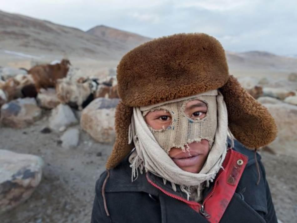 Kirgiski pastir Rosman Baig, unuk pokojnog kana, nosi improviziranu masku za lice koja ga štiti od hladnoće. Stado ovaca i koza vraća se u večernjim satima na Kizil Korum, zimski kamp u blizini avganistanske granice sa Kinom.