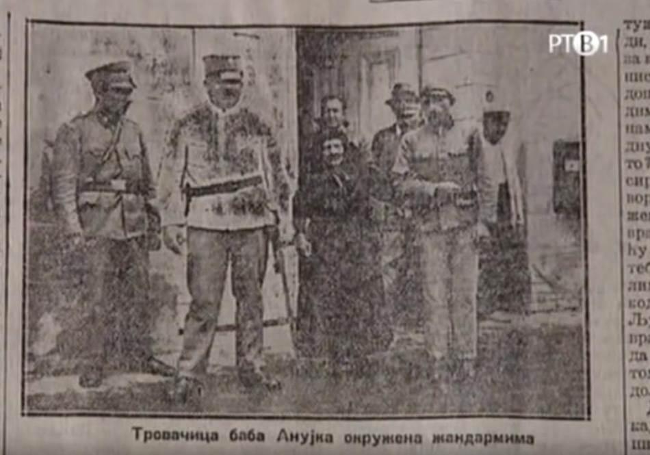 Baba Anujka okružena žandarmima