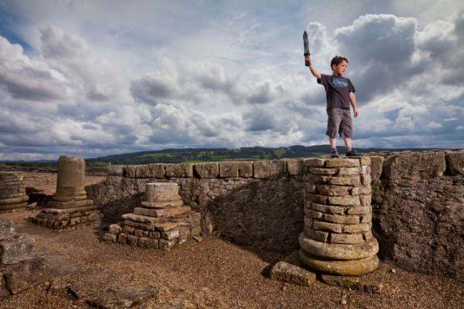 Korbridž, Engleska. Prvobitno podignut kao utvrđenje, Korbridž je kasnije postao civilno naselje koje je pomagalo u snabdevanju vojnika na Hadrijanovom zidu. Danas ostaci rimske slave služe kao mesto za igru lokalnog mališana Angusa Bjukenena, starog 8 godina.