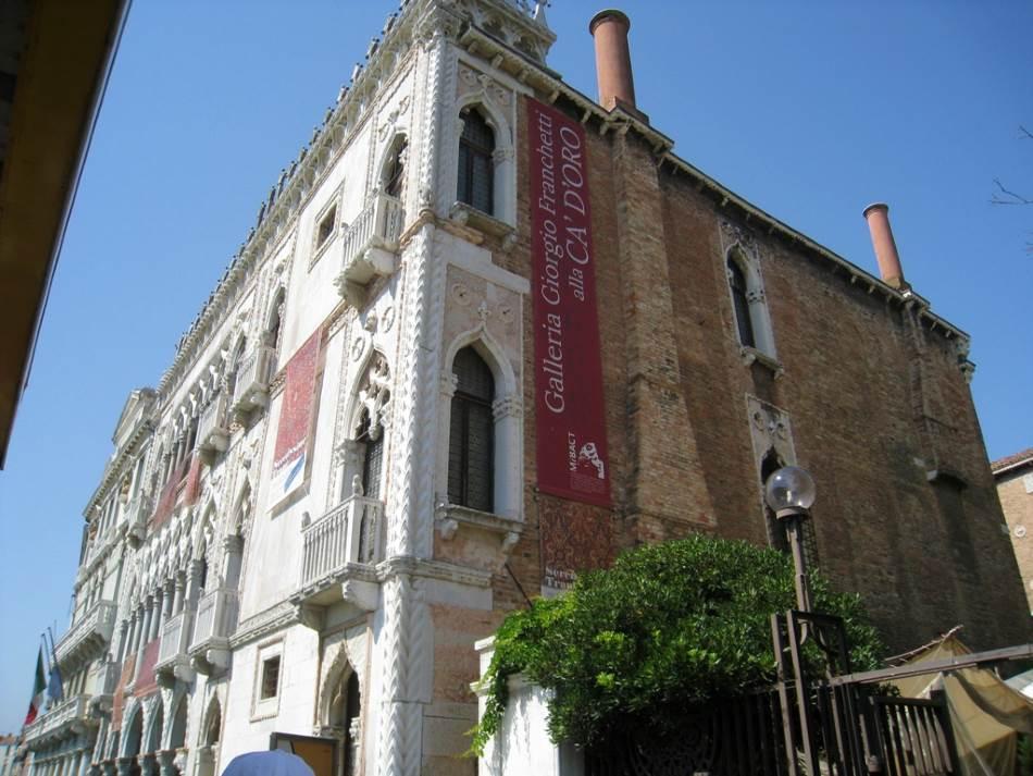 Ca' d'Oro je jedna od najlepših i najimpresivnijih palata na Grand kanalu. Projektovali su je otac i sin Đovani i Bartolomeo Bon, u stilu kitnjaste venecijanske gotike sa mavarskim uticajima.