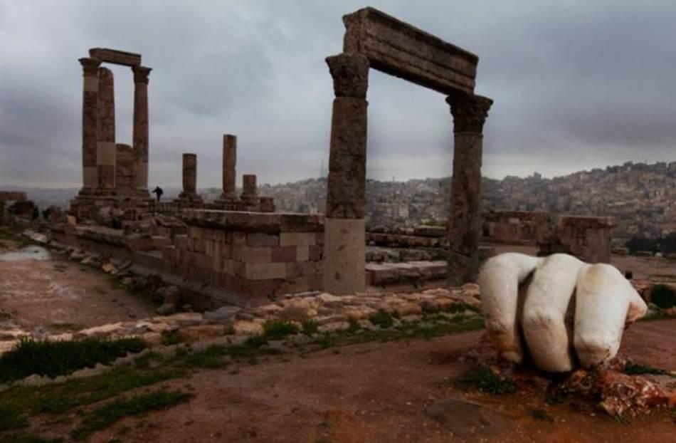 Aman, Jordan. Impozantna arhitektura i umetnost pratili su rimsku vosjku do najdaljih ćoškova carstva. Savijeni prsti su deo statue koja je možda bila i više od 12 metara visoka, a stajala je u Herkulovom hramu u Amanu. Oko 160. godine p.n.e. Rimljani su ovaj grad nazivali Filadelfija.