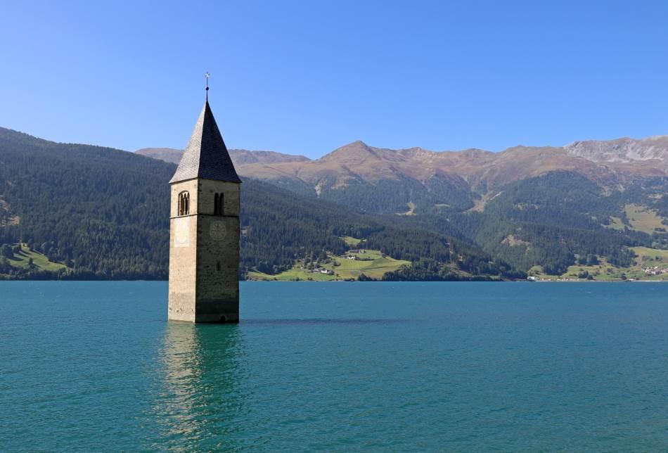 Lago di Resija, veštačko jezero koje je poznato po tornju koji viri iz vode.