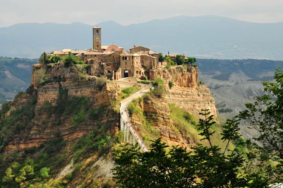 Čivita di Banjoređo, upečatljivi zaseok nalazi se na vrhu brda vulkanske sedre.