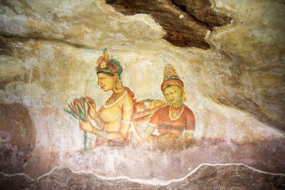 Pod jednim ispustom u steni, nalaze se freske devojaka.