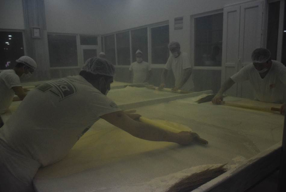 Proizvodnja baklave - razvlačenje testa u dimu od brašna.