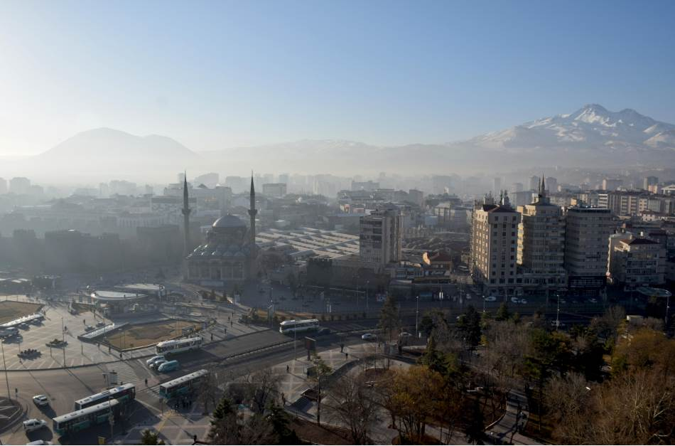 Kajseri - nekadašnja antička Cezareja, grad poznat po srednjovekovnoj seldžučkoj arhitekturi nastaloj za vreme Ikonijskog sultanata, sazidanoj od vulkanskog kamena koji je pre nekoliko hiljada godina iz grotla izbacio obližnji Erdžijes.