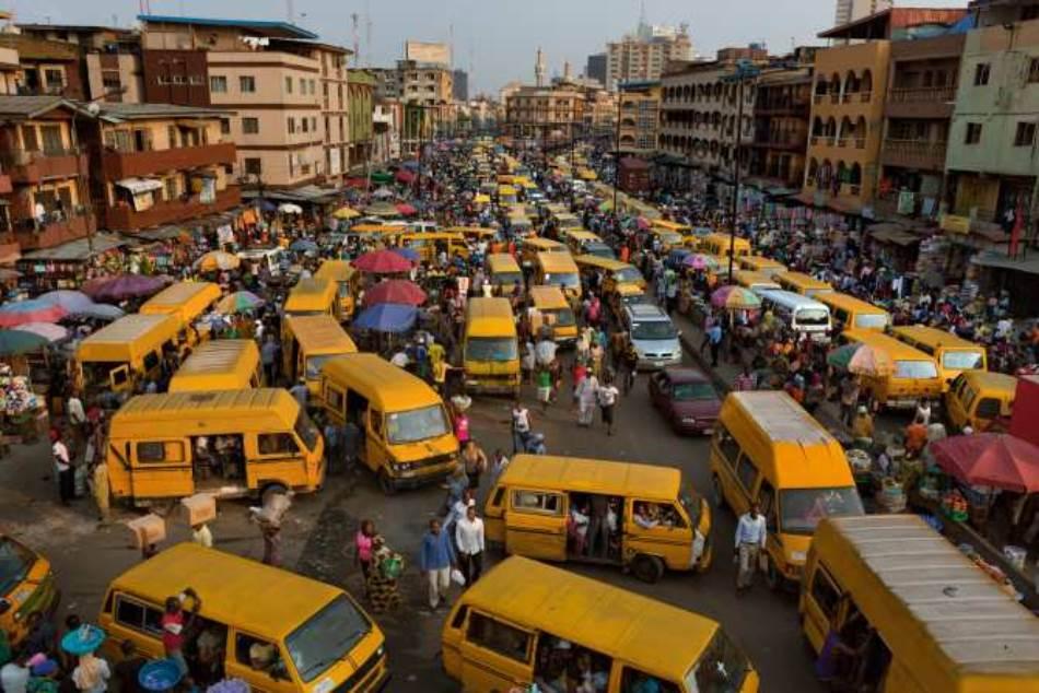 Na kraju radnog dana pijaca Idumota na ostrvu Lagos zakrčena je kombijima kojima se radnici vraćaju kuci, na kopno, gde većina Lagošana živi.