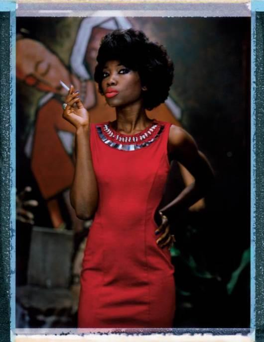 Almaz uživa u sve bogatijoj kulturnoj sceni u Lagosu. Ovde je vidimo kako pozira u Fondaciji afričkih umetnika. Lagos je jedna vrlo živa sredina , kaže ona. Ako baš jako želite da vam se nešto ostvari, dođite u Lagos. Ostvariće se, verujte mi.