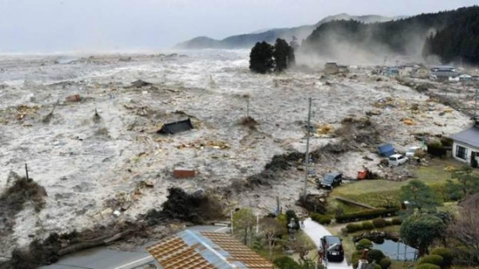 Japan: Rikuzentakata, jedan od nekoliko gradova koje je uništio cunami, poginulo više od 1.500 ljudi. Dok su se kuće rušile, podizao se crni, prašnjavi dim, priča jedan preživeli novinaru Al Džazire. Potom je cunami progutao dim.