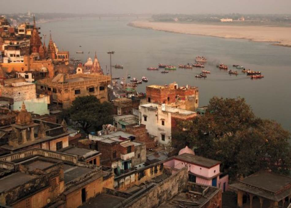 Dok novembarsko svetlo obasjava grad u popodnevnim časovima, hodočasnici plove rekom Gang. Nekada su se čamci koristili za ribolov, a danas isključivo za prevoz hodočasnika i turista.