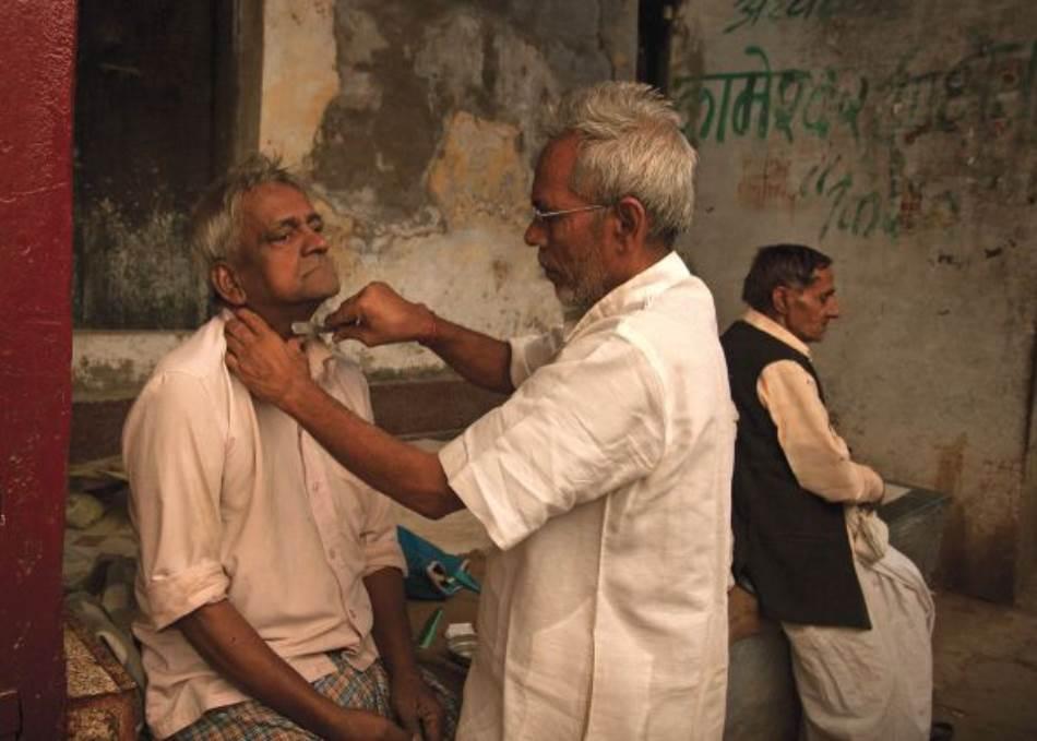 Ulično brijanje, jedan od tradicionalnih zanata u Indiji, još uvek je veoma aktuelno.