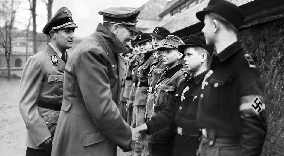 Adolf Hitler se rukuje sa dečakom u kampu