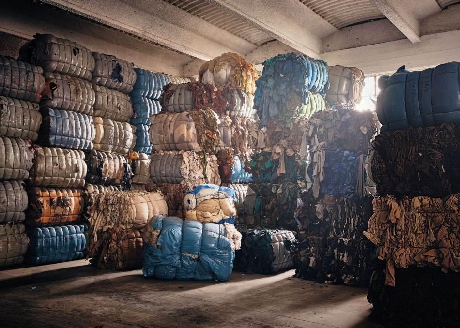 U Pratu, u Italiji, gde se vunene tkanine proizvode još od XII veka, oko 3.500 kompanija sa 40.000 zaposlenih radnika obrađuje odbačeni tekstil (gore). Nakon što se vuna sortira po boji, opere i usitni (dole), od nje se ponovo ispreda predivo. Samo se jedan odsto odbačenog tekstila trenutno reciklira u novu odeću.