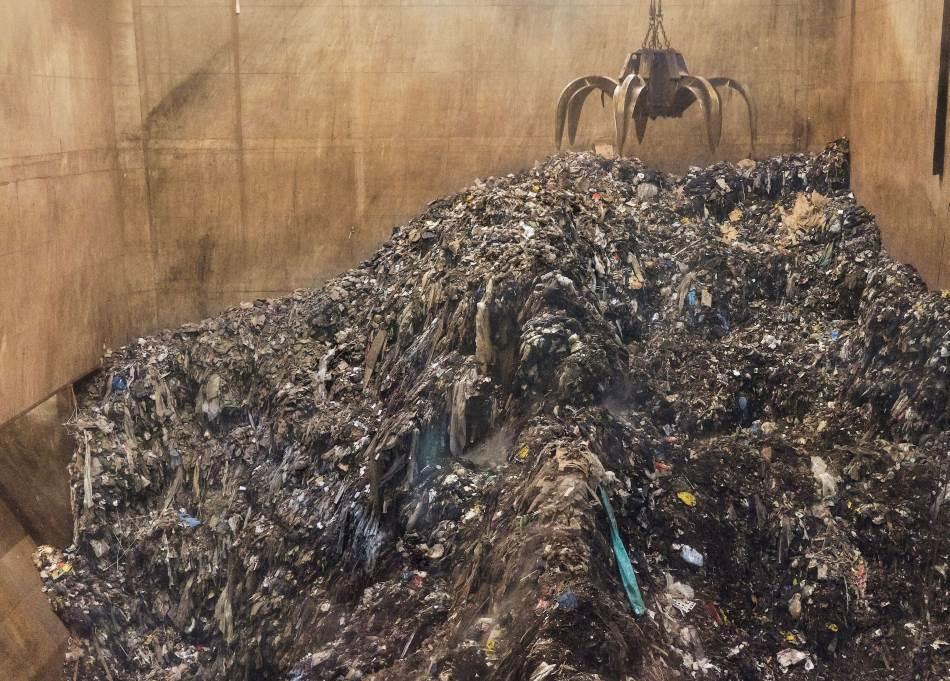 Silos za smeće u novoj peći za spaljivanje u Kopenhagenu može da primi 22.000 tona. Automatizovani kranovi mešaju otpad da bi lakše izgoreo. Veliki deo unutrašnjosti postrojenja zauzima oprema za filtriranje dima. Peć u kojoj se spaljivanjem proizvodi energija bolje je rešenje za smeće od deponije – ali cilj cirkularne ekonomije jeste da smeća uopšte više i ne bude.