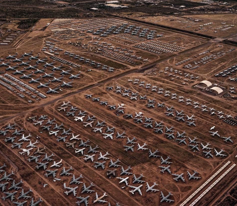 Ponovno korišćenje mašina oprobana je strategija za smanjenje otpada. Skoro 3.300 otpisanih američkih vojnih aviona i helikoptera smešteno je u vazduhoplovnoj bazi Dejvis-Montan u Tusonu, u Arizoni, gde suvi vazduh ograničava koroziju. S njih se skidaju delovi (sledeća fotografija) ili se renoviraju i vraćaju u službu. Da bi se očuvali, prskaju se zaštitnim sprejom koji se uklanja. Ova baza, koju često zovu Grobljem aviona, najveća je ove vrste na svetu.