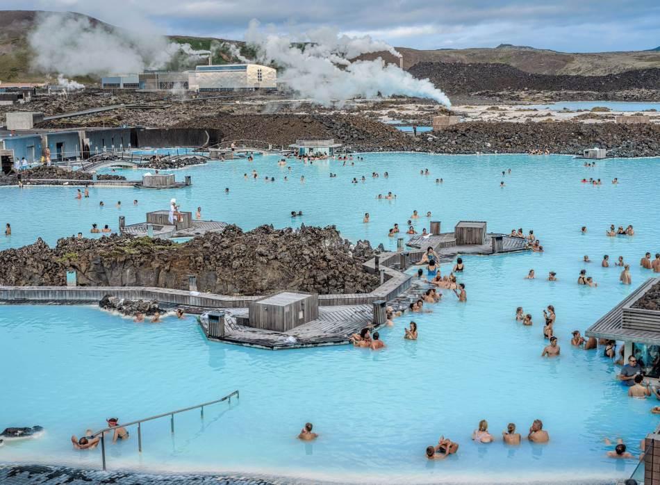 U Plavoj laguni geotermalna voda već je proizvela električnu energiju u elektrani Svartsengi i više nije toliko vrela pa se koristi za popularnu turističku atrakciju. Visok procenat silicijum-dioksida u vodi sprečava njeno oticanje u polja lave i daje joj lepu i neobičnu bledoplavu boju.