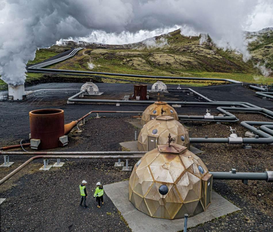 Prelazak s fosilnih goriva na obnovljivu energiju, kao što je toplota koju proizvodi magma ispod polja lave na Islandu, presudan je korak u stvaranju cirkularne ekonomije. Elektrana Helishejdi, najveća geotermalna elektrana u ovoj zemlji i treća po veličini na svetu, proizvodi električnu energiju, kao i grejanje za domaćinstva. Geodetske kupole iznad svakog izvora pomažu da se postrojenje vizuelno bolje uklopi u okolinu.