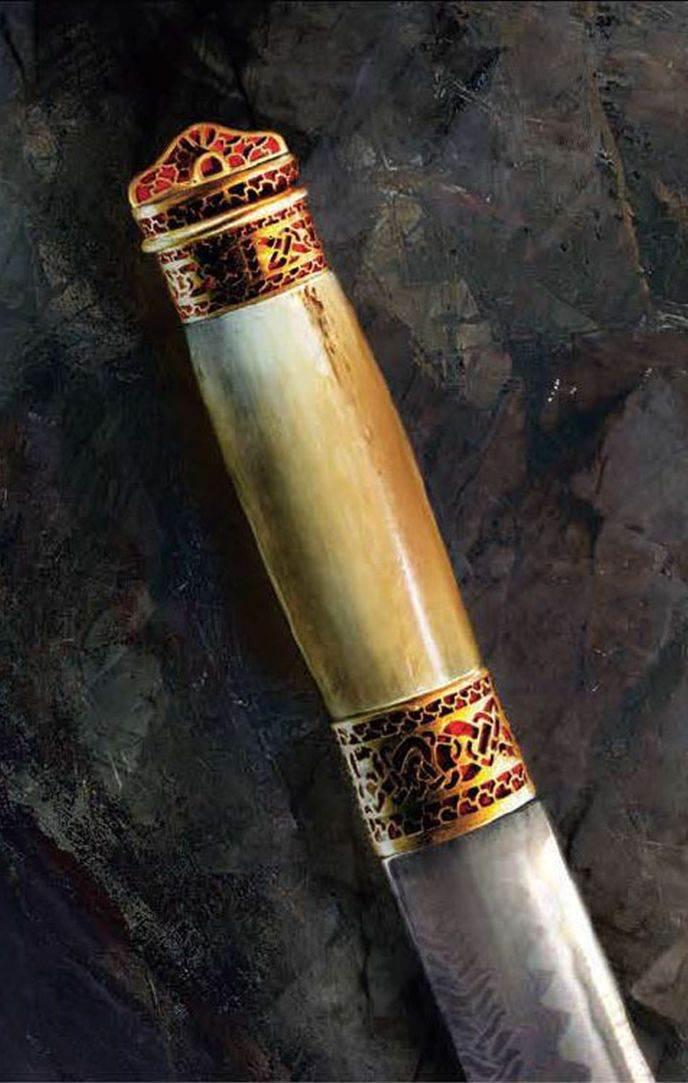 PRAKTIČNO ORUŽJE: Prstenovi optočeni draguljima ukrašavali su dršku mača napravljenu od kosti ili slonovače na kratkom, lakom maču koji se zove sejaks. Uglavnom korišćen jednom rukom, jednosekli sejaks bio je praktičniji od klasičnog mača, služio je kao lovački nož i kao bodež. Sečiva od vešto ukrašenog gvožđa i čelika bila su najvredniji deo takvog oružja. Među blagom su pronađeni samo prstenovi.