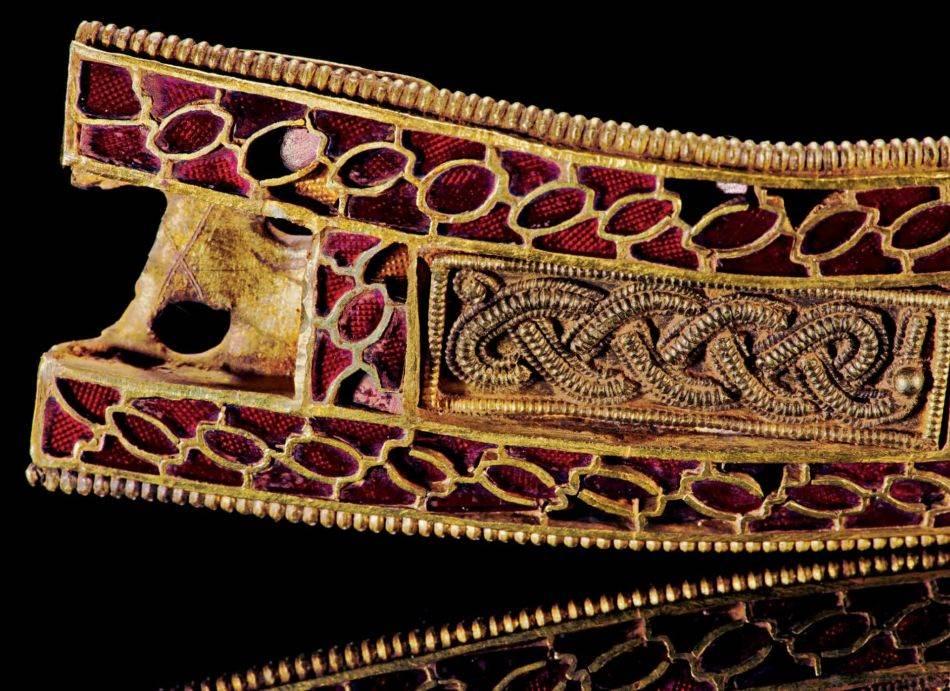 Ovaj tajanstveni predmet, dug skoro 10 centimetara, ima isti princip kao stop svetla na automobilima: ispod svakog granata nalazi se zlatna tekstura nalik na saće koja uvećava svetlucavost dragulja.