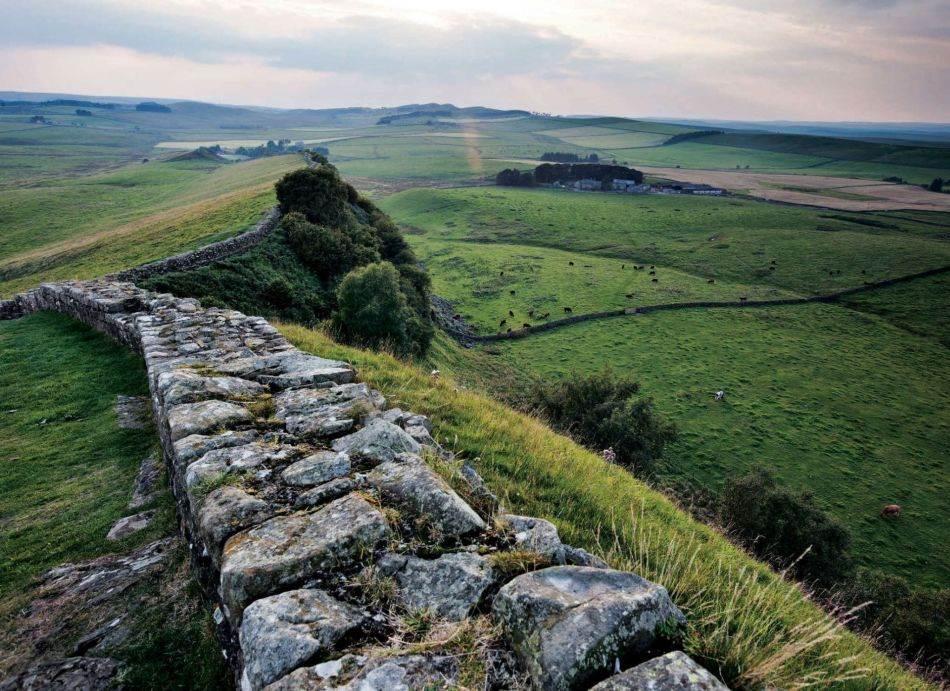 Hadrijanov zid, nazvan po rimskom caru iz II veka koji ga je izgradio, proteže se 117 kilometara kroz Britaniju. Razdvajao je civilizovanu rimsku teritoriju od varvara – buntovnih Pikta na severu. Čim su se Rimljani povukli, severnjačka plemena su nagrnula preko granice.