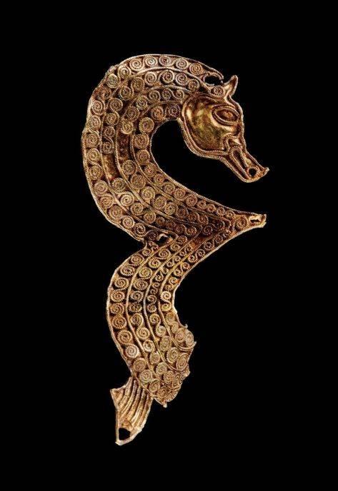 Figurica sa rupama za eksere možda predstavlja konja ili medveda, ili vepra, ili čak vuka. Visoka samo 4 cm, delo je veštog kovača koji je umeo da zagreje metal skoro do tačke topljenja da bi napravio sićušne spiralne šare.