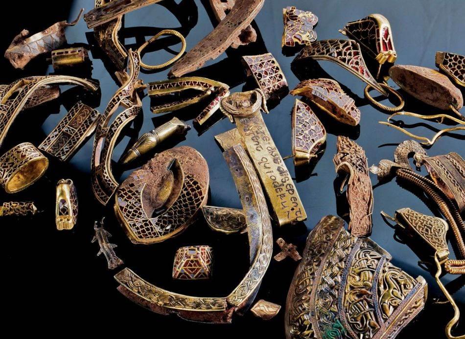 Tih 3.500 predmeta u blagu, koje je iskopano na farmi u Stafordširu 2009. godine, većinom predstavljaju zlatnu dekoraciju za ratničku opremu, poput ukrasa za korice mača, optočenog granatom i plavim staklom. Neki predmeti su iskrivljeni ili slomljeni kao da su sabijani u mali prostor.