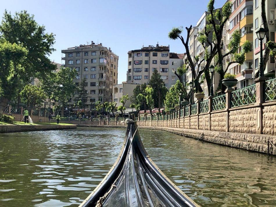 Na reci Porsuk, ispod na desetine mostova popularna je vožnja brodićima ili gondolama, zbog čega Eskišehir nazivaju i Venecijom istoka