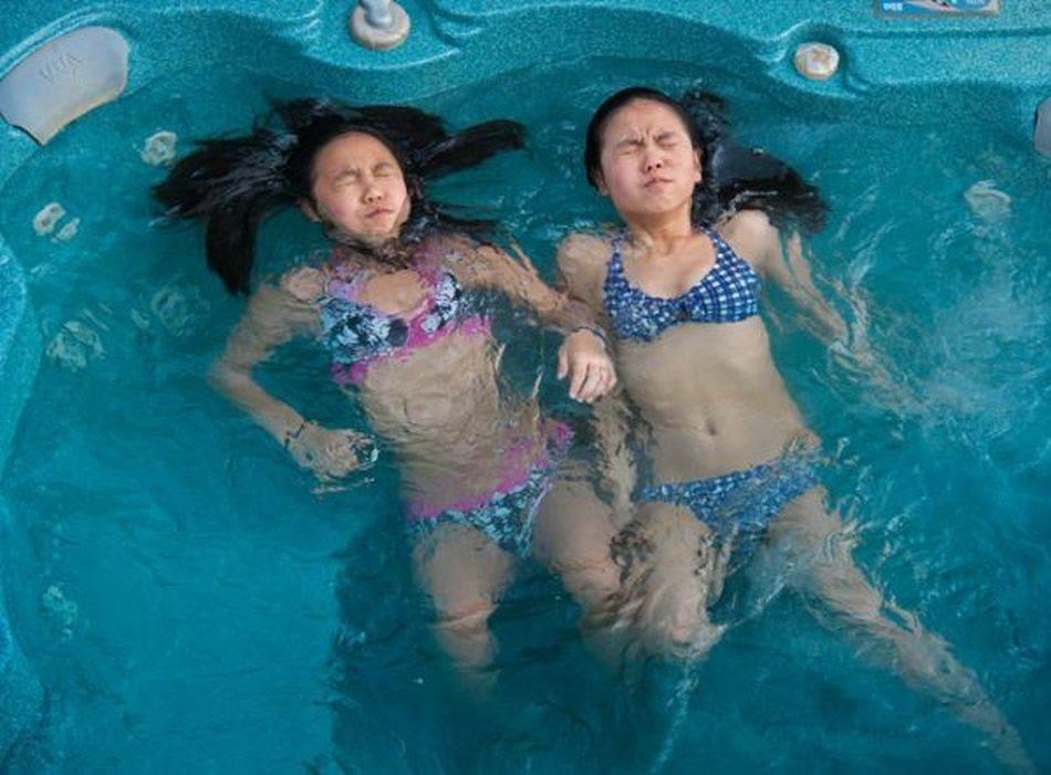 Dva para iz Kanade usvojila su još kao bebe Džilijen Šo (levo) i Lili Meklaud, koje su rođene u Kini, što je redak slučaj da se neki blizanci svesno podižu odvojeno. Porodice se često posećuju i tako pružaju priliku devojčicama da se druže i nadoknade izgubljeno vreme.