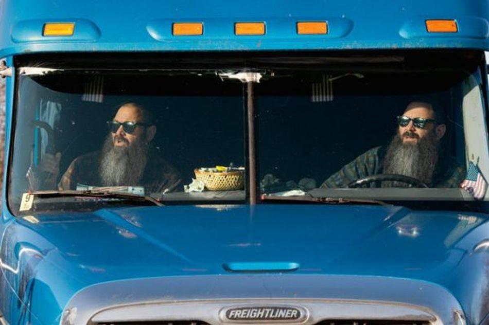 Potpuno smo isti, kaže Don Vulf (desno) za svog brata blizanca Dejva, dok priča o tome kako već 18 godina zajedno voze kamion. On je malo aljkaviji, kaže Don, ali volimo istu muziku i imamo isti smisao za humor.