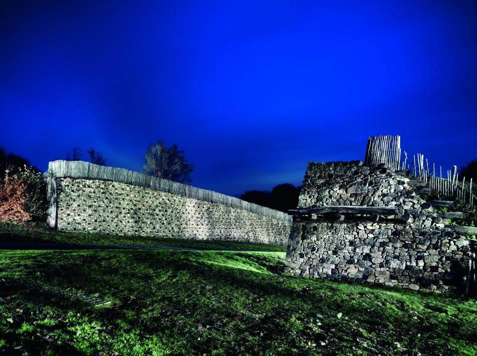 BIBRAKTA Glavni grad Heduanaca u Burgundiji bio je jedan od oko 150 utvrđenih keltskih opiduma, uključujući i Manhing kraj Ingolštata u Bavarskoj. Žitelji su poštovali svoje bogove i bavili se trgovinom. Zanatlije su kovale novac i pravile nakit. Potkraj svoje ere Kelti su se gotovo razvili u naprednu civilizaciju.