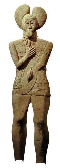 Što se dogodilo ovom kipu? Kip glauberškog ratnika u prirodnoj veličini ukrašen je nakitom koji je sličan komadima pronađenim u grobovima. Kipu nedostaju stopala. Da li je srušen s postolja?