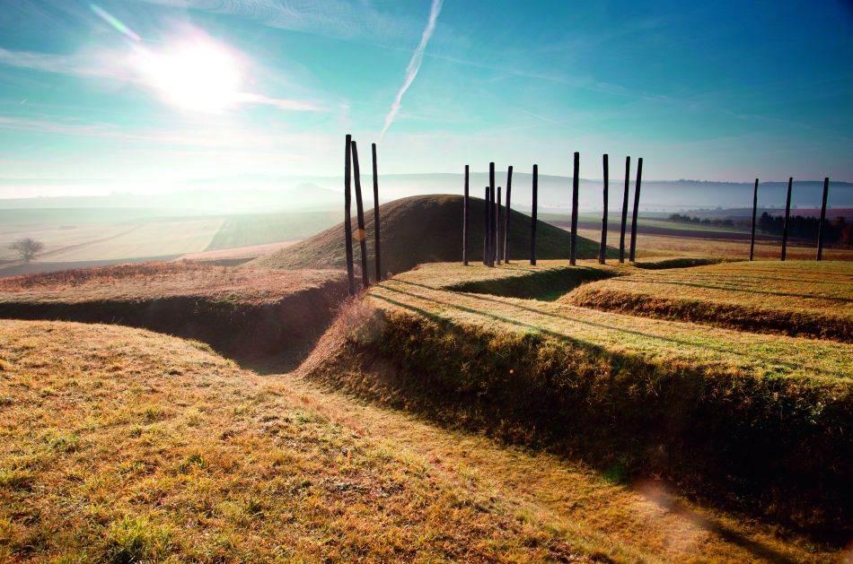 GLAUBERG Ovaj sakralni kompleks s dve grobne humke, zidovima i procesijskim putem uzdiže se iznad plodne nemačke oblasti Veterau. Kao područje intenzivne poljoprivrede, datira još iz keltskih vremena. Tu su rasli usevi poput ječma, sočiva, jednozrne pšenice i spelte.