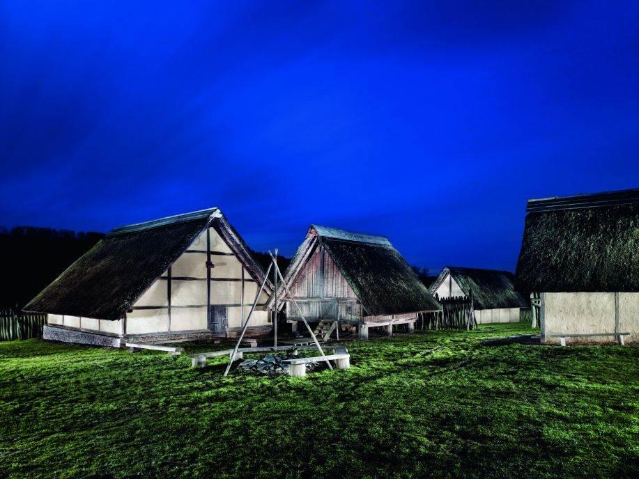 HUNSRIK Oko 50. godine pre n. e. mnogi Kelti živeli su u opidumima, ali su većinom bili farmeri. U nemačkoj oblasti Hunsrik arheolozi su na brdu rekonstruisali naselje Altburg s kućama i drugim građevinama napravljenim delimično od drveta. Porodice su držale goveda, svinje, ovce i koze na otvorenom.