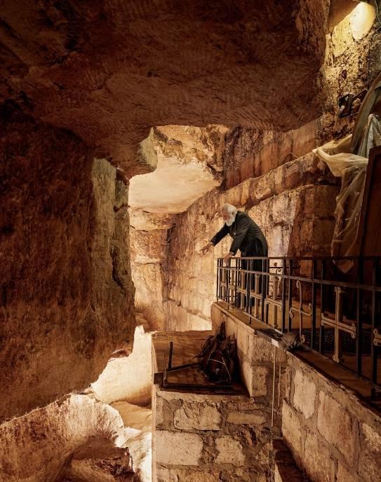 Ispod Crkve Svetog groba u jerusalimskoj hrišćanskoj četvrti otac Samjuel Ahojan posmatra kamenolom koji se u doba Hrista koristio kao jevrejsko groblje. Obližnje stenovito uzvišenje poštuje se kao Golgota, brdo na kojem je Hrist raspet.