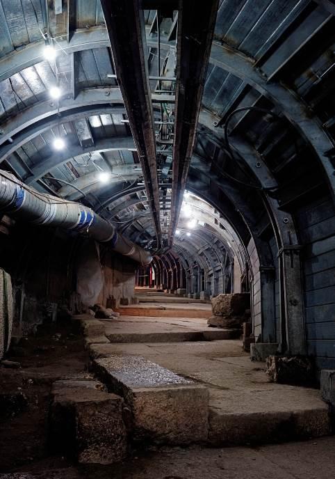 Da bi otkopali stepenastu ulicu koja je pre 2.000 godina služila kao glavna ruta do Jerusalimskog hrama, izraelski arheolozi i inženjeri grade nešto nalik na tunel metroa ispod palestinske četvrti. Stanovnici tvrde da im iskopavanja oštećuju domove.