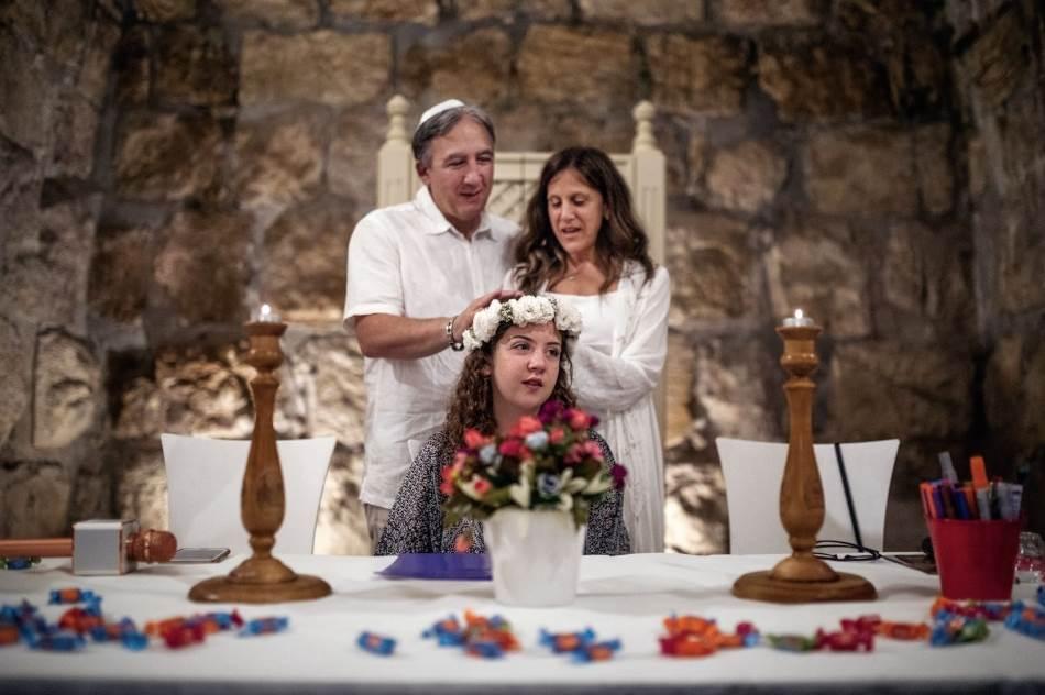 Porodica Freger iz Kanade slavi bat micvu svoje ćerke Adajson u jednoj podzemnoj dvorani blizu jerusalimskog Zapadnog zida, jednog od najsvetijih mesta judaizma. Zasvođena prostorija, koju su u XIV veku izgradili muslimani kao svratište za karavane, pretvorena je u jevrejski prostor za različita dešavanja i povezana je s mrežom tunela Zapadnoga zida.